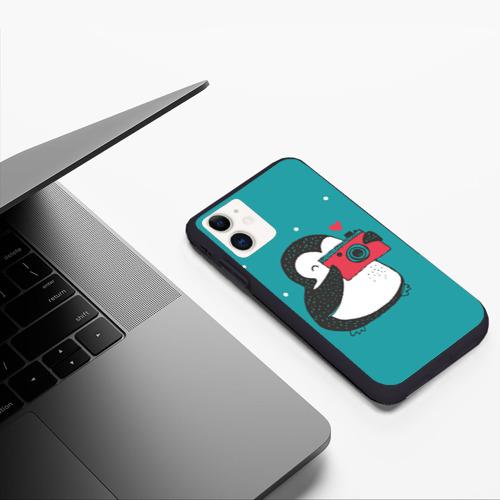 Чехол для iPhone 11 матовый Пингвин с фотоаппаратом Фото 01
